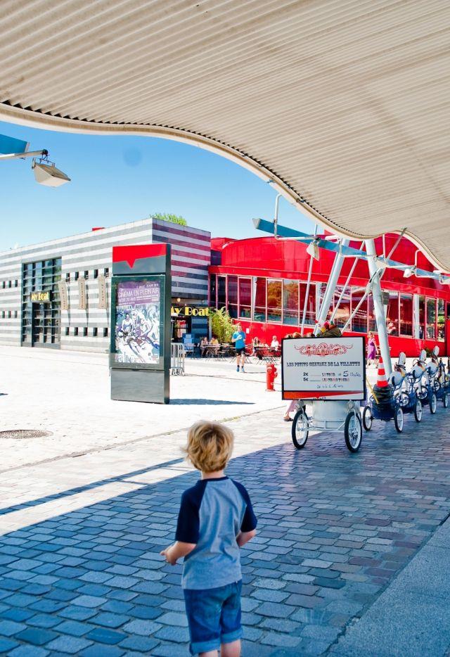 La galerie du parc de La Villette en été